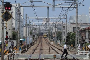 2018年7月14日 11時10分ころ、東長崎~江古田駅間、停車して確認に向かう運転士さんと停車した上り列車(右奥)。