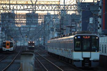 2018年10月6日 17時24分ころ、今里、車体広告車両の普通 東生駒ゆき。遠くに大阪線の特急・急行も見えます。