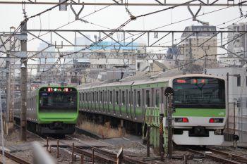 12019年1月12日 11時半ころ、池袋、8番ホームから引き上げ線に入ったE231系(右)とE235系の内回り電車。