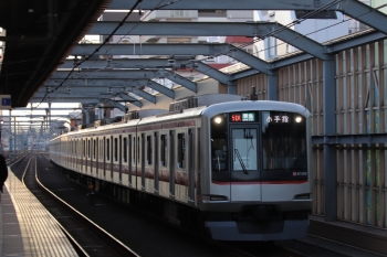 2019年1月19日、中村橋、東急4009Fの4851レ。石神井公園で上の1001レに追い抜かれる列車です。