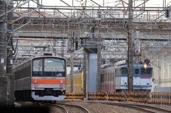 2019年1月26日 13時26分ころ、新秋津、府中本町方面へ向かう205系の試運転列車。横は、発車を待つ1253Fの甲種鉄道車両輸送列車と西武263F。