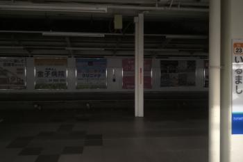 2019年1月30日 20時6分ころ、入間市駅、2183レ車内から見た下りホーム。外は真っ暗でした。真っ黒の写真を載せても仕方がないので、見た目よりは明るい写真となっています。