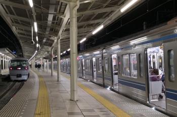 2019年1月30日 20時53分ころ、入間市駅、右が6108Fの2183レ。左が10107Fの35レ。
