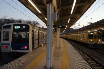 2019年2月3日 17時19分ころ、入間市、2番ホームに停車中の6104Fの4149レ(左)と4番ホームを通過する2063Fの上り回送列車。2063Fはこれの前は2147レでした。