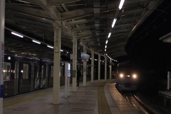 2019年2月7日 21時36分ころ、入間市、到着する10102Fの41レ(右)と9108Fの2195レ。