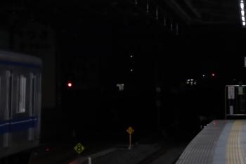 2019年2月9日 6時10分ころ、練馬、2087Fの5406レ(右奥)に追いついて急行線で止まる20151Fの上り回送列車。余裕を持ってやって来る運転士さんもいます。