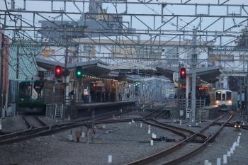 2019年2月16日 6時37分ころ。清瀬。左から、4番ホームで留置中の東急5122F、引き上げ線で目を覚ました6109F(この後6702レに)、1番ホームを通過する4003F+4015Fの上り回送列車。