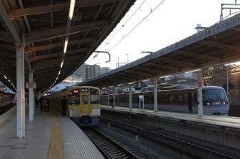 2019年2月17日。入間市。10111Fの臨時特急「ちちぶ92号」(右)と2077Fの2147レ。往路の延長運転の63レは10111Fだったかも。