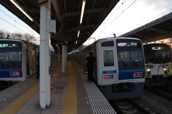 2019年2月23日。入間市。6501レだった6116Fは16M運用に忠実に夕方の1717レも担当。6117Fの4149レを追い越し。となりを20158Fの上り回送列車が通過していきました。