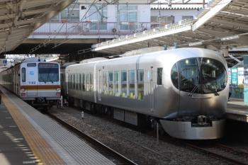 2019年2月23日 13時35分ころ。清瀬。2番ホームに停車中の001系の上り臨時列車(右)とメトロ7002Fの6519レ。001系は東急車の1808レをここで待避。