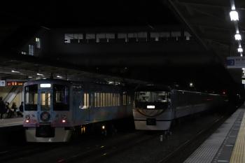 2019年3月2日 18時18分ころ。仏子。中線で折り返す10103Fの横を通過する4009Fの上り列車。