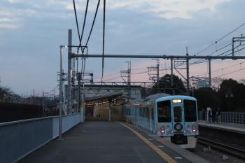 2019年3月2日 17時35分ころ。稲荷山公園。通過する4009Fの下り列車。