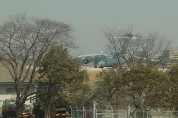 2019年3月9日 10時半ころ。航空自衛隊入間基地。西武池袋線の車内から見えた大型の水色飛行機。