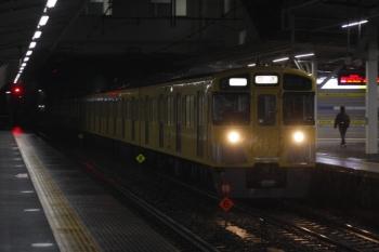 2019年3月11日 5時29分ころ。所沢。2番ホームを通過する2049Fの上り回送列車。