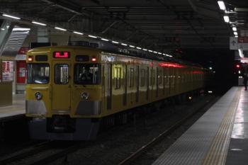 2019年3月13日 5時29分ころ。所沢。2番ホームを通過する2027Fの上り回送列車。