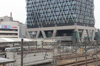 2019年3月16日。池袋。7番ホームを通過し西武秩父へ向かう001-A編成の13レ。JR駅の改札口前の広場から撮影。