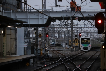 2019年4月7日。所沢。左から、電留線で寝てる6151Fと2075F、そして2番ホームを通過した30105Fの上り回送列車。