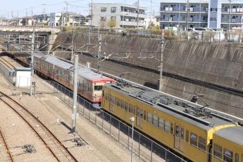 2019年4月13日 12時146分ころ。新秋津。西武線内を牽引してきた263FとJR線内を担当のEF65-2127に挟まれてる1247F。
