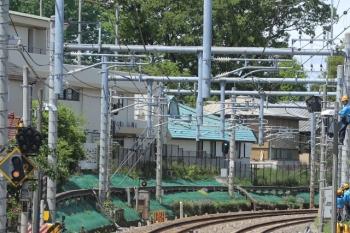 2019年5月1日 11時過ぎ。ひばりヶ丘〜東久留米駅間。電力関係の作業と思われます。下り電車の車内から。新天皇即位の祝日ですが、それより重要なことがあったのでしょう。