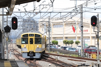 2019年5月1日 11時25分ころ。新所沢。5623レは新所沢駅で1番ホームへ到着。特急に抜かれるのかと思ったら、2番ホームへは2533F+2515Fの上り回送列車が到着しました。