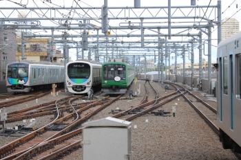 2019年5月1日。石神井公園。左から、40103Fの下り回送列車(001系入換用に池袋駅電留線を空けるため)、5番線で折り返し待ちの38111F、6番線で留置中の東急5122F(緑)、40102Fの3104レ。