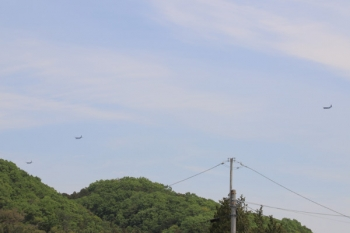 2019年5月3日。高麗駅付近のお空。南から北へ、飛行機が続行していました。