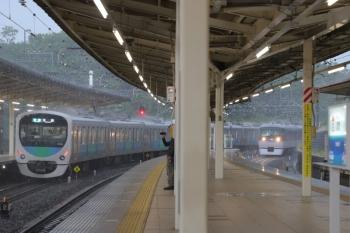 2019年5月4日 16時3分ころ。入間市。ホームの屋根の下にいても飛沫に濡れました。しかし特急列車も普通に着発。