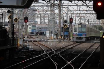 2019年5月4日 5時30分ころ。所沢。右から、2番ホームを通過した6102Fの新宿線・上り回送列車、電留線で帯泊中の20152Fお6158F。