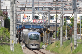 2019年5月5日 13時6分ころ。本川越〜南大塚。発車した001-B編成の飯能ゆき特急「むさし90号」。背後の白っぽいのは東武東上線の川越PRラッピング車両。