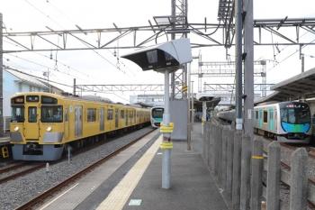 2019年5月6日 17時36分ころ。西所沢。左から9102Fの7266レ、発車した38117Fの6165レ、40102Fの2162レ。上りの急行列車が両端に並びました。