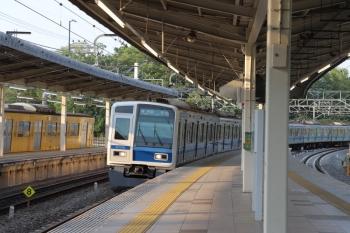 2019年5月11日 17時20分ころ。入間市。3番ホームへ6106Fの各停 飯能ゆきが到着。16M運用を表示しててたので本来は快急 1717レだったはず。5番ホームには9104Fの上り回送列車が停車中。