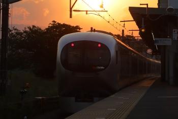 2019年5月11日。元加治。夕陽に向かって走る001系の29レ。