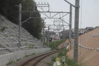 2019年5月12日 16時ころ。武蔵大和〜西武遊園地駅間。下り列車の車内から。奥が西武遊園地駅。