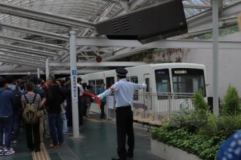 2019年5月12日 16時過ぎ。西武遊園地駅。山口線ホームへは駅員さんが通せんぼ。8521Fの238レが到着。