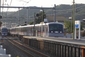 2019年5月17日 5時42分ころ。元加治。10000系の下り回送列車と2レ(左奥)。