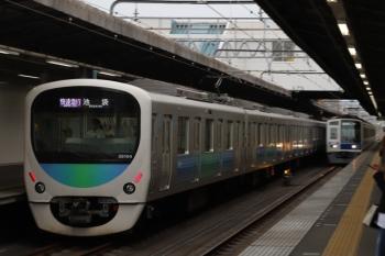 2019年5月18日。武蔵藤沢。38104Fの1002レが通過(左)。右奥は6105Fの4149レ。