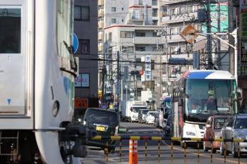 2019年5月19日 16時30分ころ。西所沢。駅池袋方の踏切。奥が所沢駅方面です。