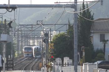 2019年5月23日。仏子〜元加治。元加治駅のホームから強引に撮影した10105Fの4レ(左)と001-A編成の下り回送列車。