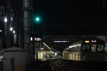 2019年5月24日 21時43分ころ。江古田。停車中の2463F+2073Fの2195レ。左端の旗に商店街の名前が読めます。上りホームにも乗客がたまっていました。