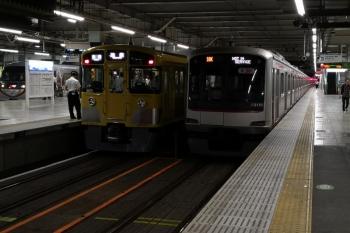 2019年5月24日 22時17分ころ。所沢。左から2071Fの各停 池袋ゆき、東急5151Fの回送列車(18K。所定では清瀬21時14分着の6719レが18K運用。)