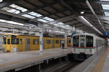 2019年6月1日 12時53分ころ。飯能。4番ホームから発車した9102Fの上り回送列車(左)と、折り返し高麗ゆき各停となった4017F(13時3分発)。