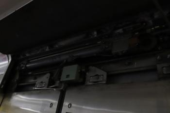 2019年6月1日。武蔵丘車両検修場。N2000系の側扉の鴨居の中。