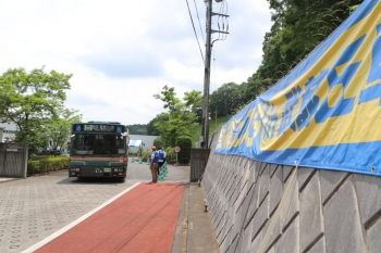 2019年6月1日 12時前。武蔵丘車両検修場の正門とシャトルバス。