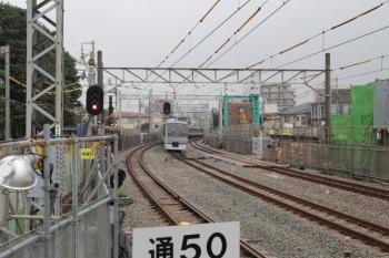 2019年6月7日。沼袋。中線を上り特急列車が通過。
