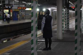 2019年6月11日。所沢。到着するLaviewの43レと、待ち受ける車内改札係さん。