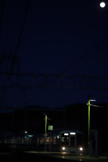 2019年6月16日 19時28分ころ。元加治。通過する2004レの戻しの下り回送列車と満月。