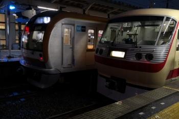 2019年6月28日 19時26分ころ。小手指。10105Fの回送列車と、メトロ10001Fの上り回送列車(25S運用)。25S運用の次のお仕事は所沢始発の4802レ。
