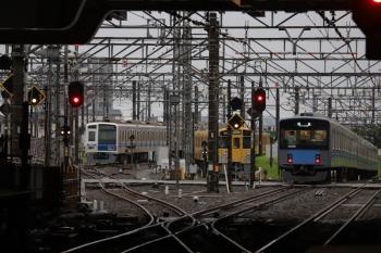 2019年6月29日 5時30分ころ。所沢。2番ホームを通過した20107Fの上り回送列車(右)。