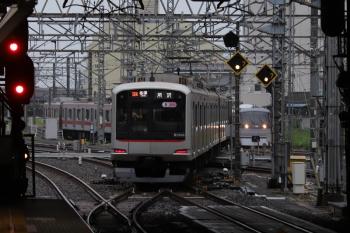 2019年6月29日。所沢。6751レで到着後に電留線へ入る東急5166Fと新宿線の10000系・特急127レ。