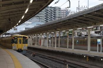 2019年6月30日 17時14分ころ。入間市。3番ホームから発車した9104Fの各停 飯能ゆきと5番ホームで抑止の10102F。